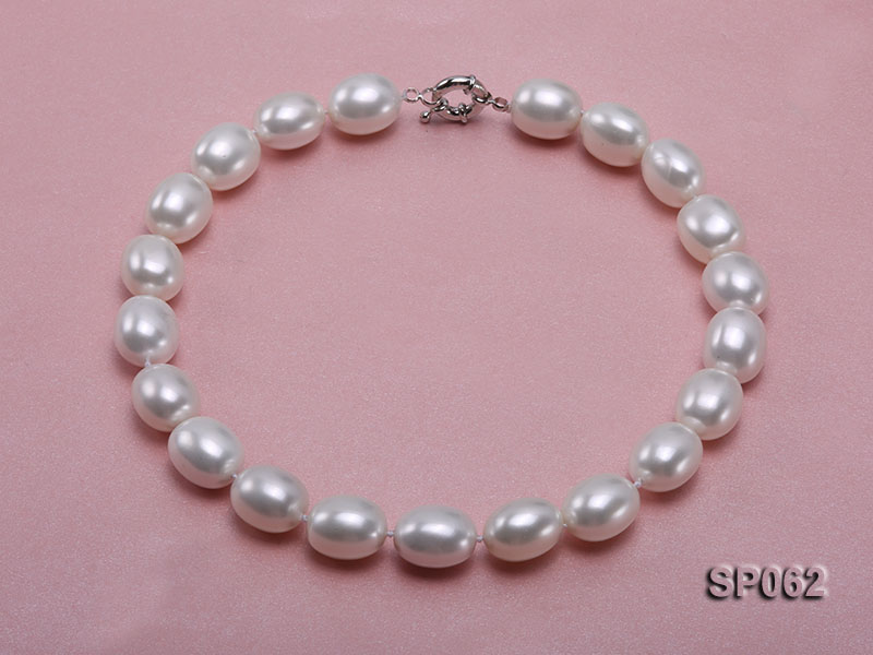 Elegant white seashell pearl necklace with gilded clasp big Image 1