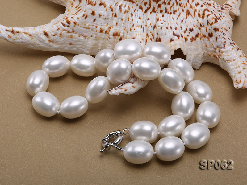 Elegant white seashell pearl necklace with gilded clasp big Image 3