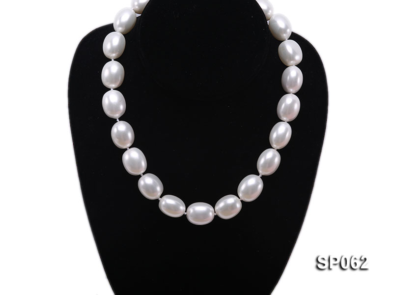 Elegant white seashell pearl necklace with gilded clasp big Image 5
