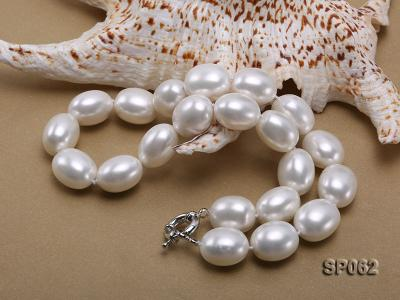 Elegant white seashell pearl necklace with gilded clasp SP062 Image 3