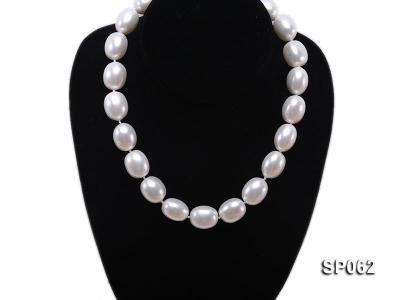Elegant white seashell pearl necklace with gilded clasp SP062 Image 5