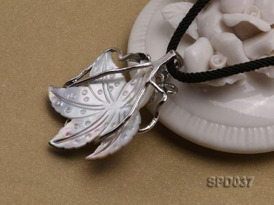 32x35mm Leaf-shaped White Shell Pendant SPD037 Image 2