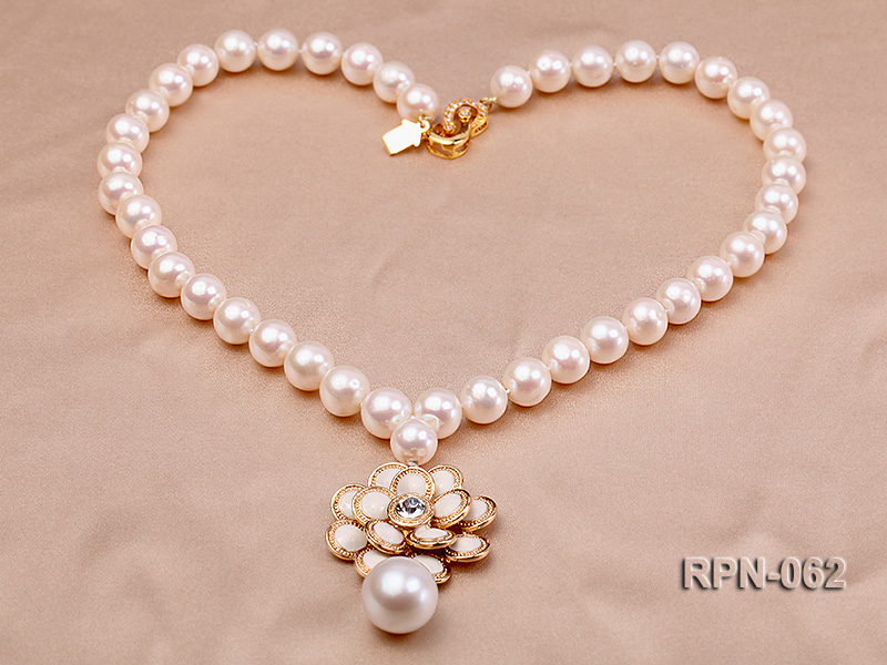 Classic 10mm White Cultured Freshwater Pearl Necklace with a Big-size Pearl Pendant big Image 3