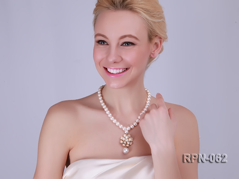 Classic 10mm White Cultured Freshwater Pearl Necklace with a Big-size Pearl Pendant big Image 2